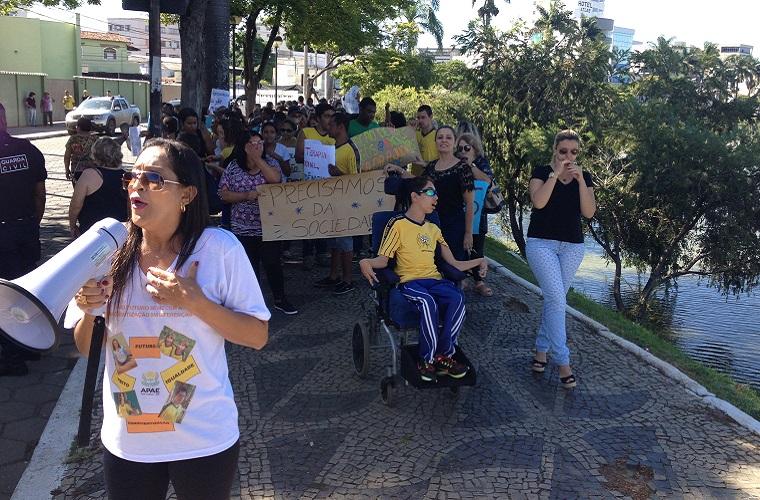 APAE realiza manifestação na Lagoa Paulino por atrasados e reajuste