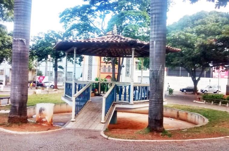 Praça Tiradentes em estado de degradação