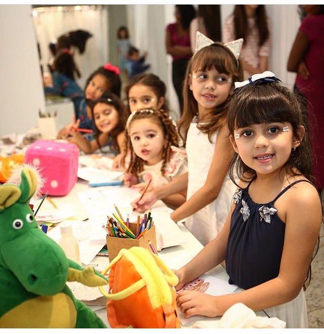 A loja Piui Baby Teen realizou seu desfile outono inverno com a participação de 48 crianças de até 15 anos de idade. Na foto, tirada no backstage, algumas estrelas do evento (a partir da direita), Júlia, Mariana, Eduarda, Luiza, Cecília e Luana.