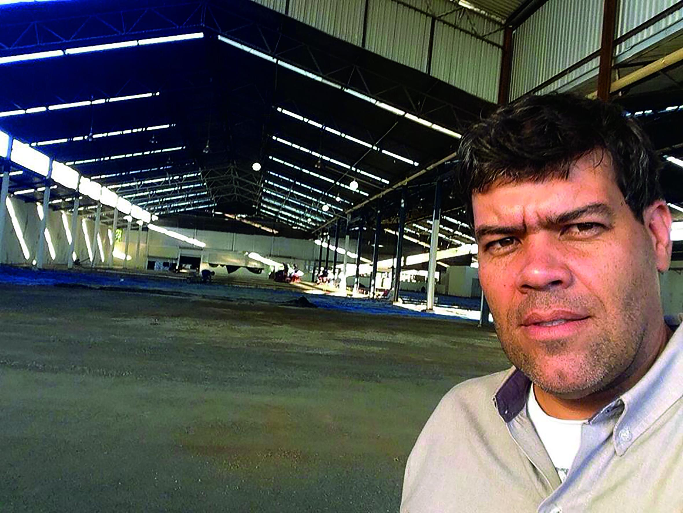 O consultor de vendas da Calsete Concretos, Cláudio Fernandes, acompanhando de perto o serviço nas futuras instalações do supermercado Mineirão, no local onde era o Centro Elétrico, próximo ao Posto Castelo.