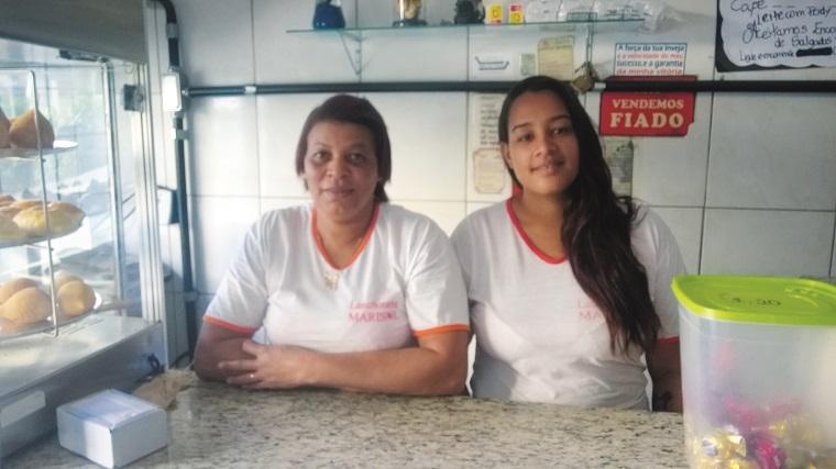 A proprietária da pastelaria Marisol, no Centro de Matozinhos, Maria Célia e sua colaboradora, Thamara, estão sempre à disposição para servir quem curte um gostoso pastel frito na hora!!