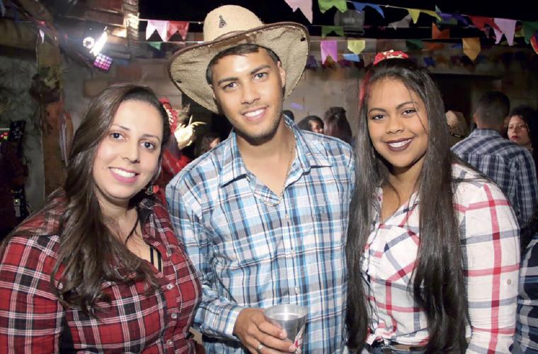 Uma das festas mais animadas e concorridas de Cachoeira da Prata foi o aniversário do Andrew Araújo. Na foto, o aniversariante entre as amigas Tais Vieira (esq.) e Michely Miranda.