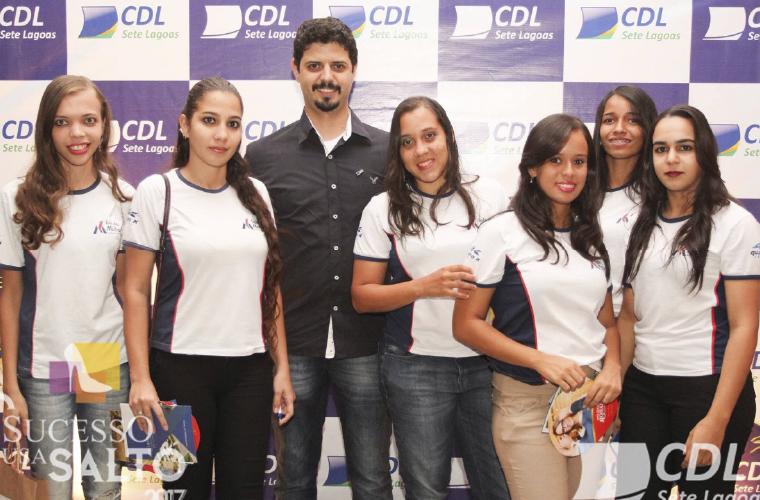 André Luis Soares Balbino, presidente da Rede de Comerciantes da Região Leste, Diretor do CDL e Empresário da Loja das Malhas com sua equipe em evento festivo.