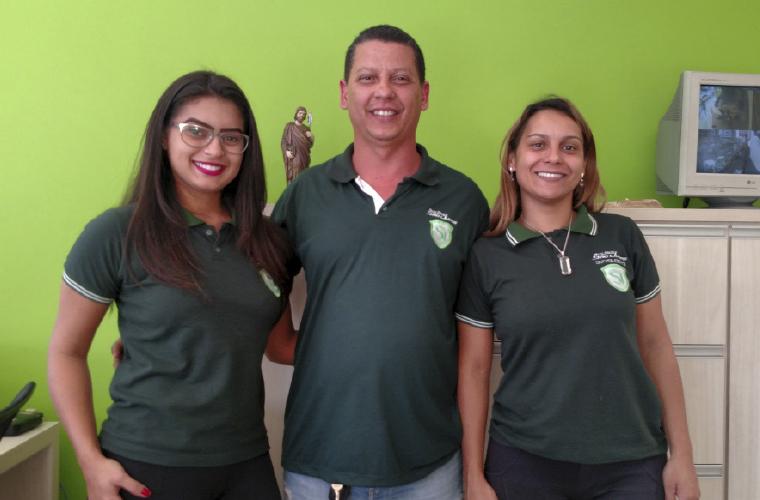 Um dos sócios da Auto Escola São Judas, Cristiano Almeida, entre Lavinia Ferreira (esq.) e Cristiane Alves.
