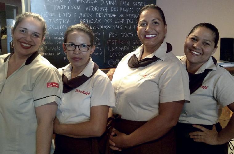 A partir da esquerda, Patrícia Massula, Marilza Silveira, Cláudia Marques e Silvana Noronha. Sempre sorridentes, são parte da equipe do Bookafé, uma agradável cafeteria para quem quer um momento de tranquilidade e reflexão, acompanhado de doces, salgados