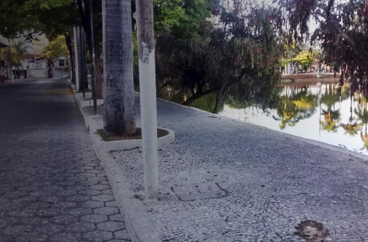 d1a358134 ... entorno da Lagoa Paulino deixam a calçada