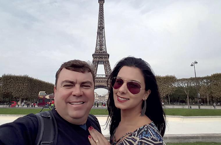 O casal Kefferson Jardim e Polliane Moreira (Grupo Paranet), está curtindo uma grande e merecida viagem pela Europa. Não poderia faltar a tradicional foto em frente à Torre Eiffel, um dos pontos turísticos mais famosos do mundo.