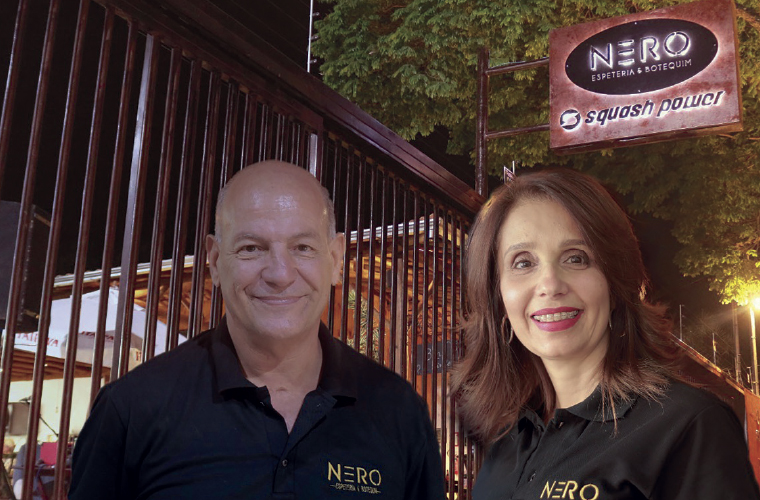 Inaugurada no fim de setembro pelo casal Ney e Renata França, a Nero Espeteria funciona na rua Paulo Frontim, próximo a esquina com José Duarte de Paiva, e se tornou um dos principais points da cidade para quem procura um lugar agradável, com bom atendime