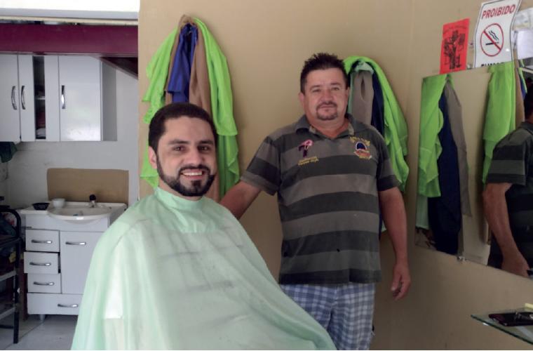 Um dos pontos de distribuição do Jornal SETE DIAS em Cachoeira da Prata é a Barbearia do Fera, como é conhecido Afrânio da Silva Barcelos, que na foto aparece atendendo o cliente especial Roger de Almeida Viana, da Infotec.