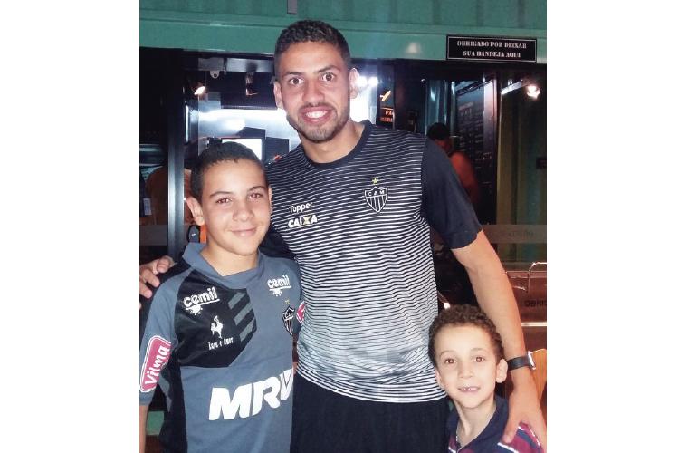 Os atleticanos Bernardo e Álvaro foram apoiar o Galo na partida contra o Botafogo no último domingo. O jogo terminou empatado e a sonhada vitória não veio, mas os torcedores comemoram o encontro com o zagueiro atleticano Gabriel.
