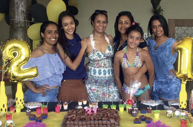 Thaiane Ferreira, da Padaria Coimbra, em Cachoeira da Prata, reuniu amigos e familiares em outubro para comemorar mais um aniversário. Na foto, a partir da esquerda: a tia Daniele, a aniversariante Thaiane, a mãe flaviana, a tia Alessandra, a prima Bianca