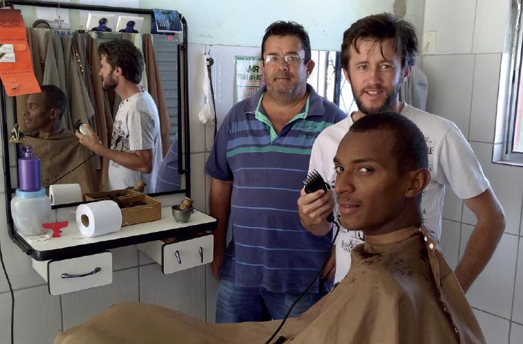 Manhã de sexta na tradicional barbearia de Fortuna de Minas, do Antônio da Silva, o Toninho Barbeiro, que na foto aparece com seu sobrinho e colega de trabalho Júlio César, o Juninho, e seu grande cliente, Vanildo Gomes, o Nildinho.