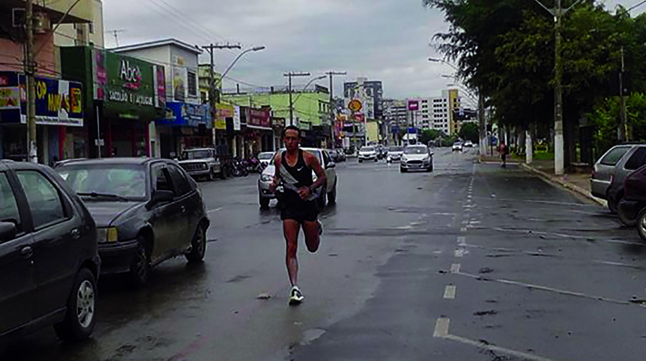 Cena interessante nos dias chuvosos de verão, o corredor sete-lagoano Uilia Pires, que ficou em segundo lugar da categoria na Maratona Internacional de Porto Alegre no ano passado, correndo entre os carros na avenida Antônio Olinto. Uilia se preparar para