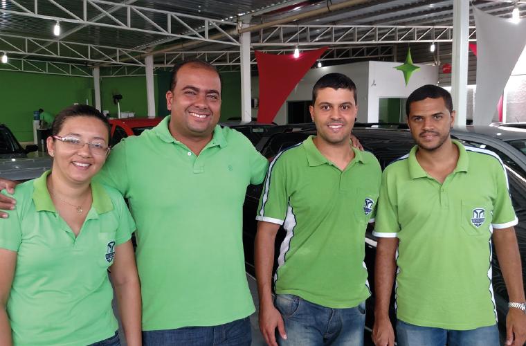 Parte da simpática equipe da Top Veículos, uma das princiáis agências de carros de Sete Lagoas: (a partir da esq.) Kelly Silveira, o comandante Leo Simões, Miguel Filipe e Remerson Dias.