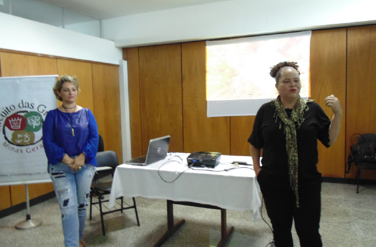 Adriana Ferreira fala ao público observada por Mariela França