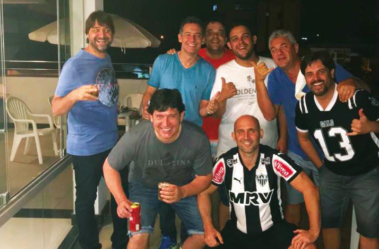 Ainda no churrasco entre amigos, a partir da esquerda: Eduardo Filizzola, Leo Campolina, Renato Filizzola, Humberto Carneiro, Renato César e o anfitrião, Cristiano Lopes; agachados, Ramiris e Fábio Nepomuceno.