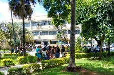 Servidores protestam novamente contra salários atrasados e garantem parte do dinheiro na sexta