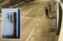 Rapazes são flagrados quebrando janelas da Matriz e placa do Casarão com skate
