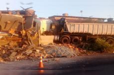 Carreta desgovernada destrói casa em Sete Lagoas