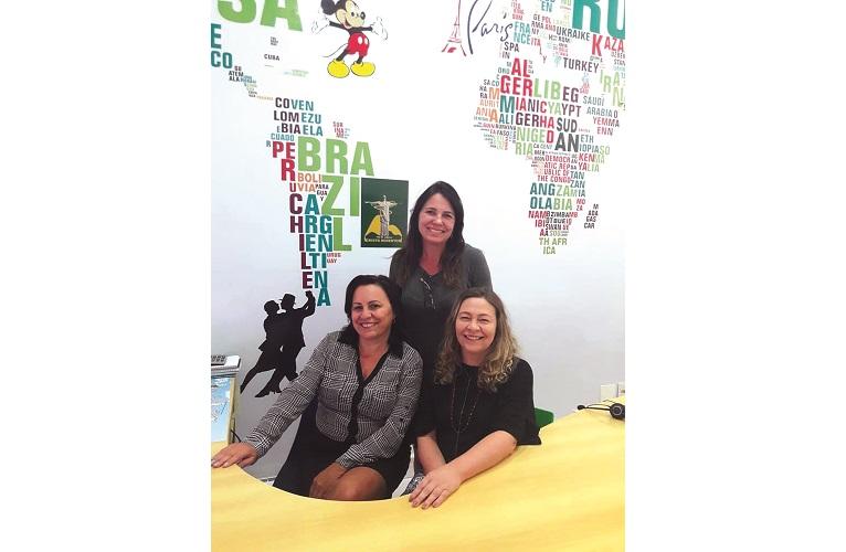 De pe Nubia Covre, sentadas Patrícia Bastos e Cláudia  Fonseca da Agência Andare Turismo