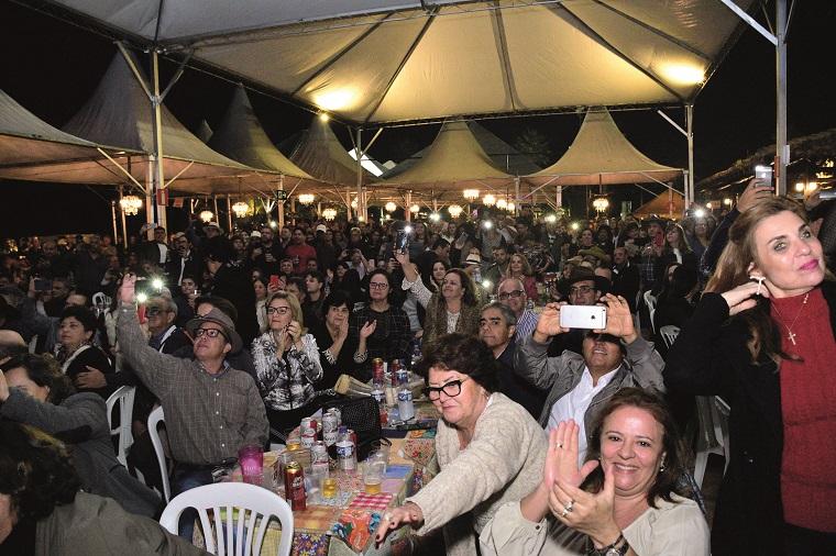 Uma multidão, bonita e elegante, num ambiente todo sentado, à la um concerto de Sérgio Reis