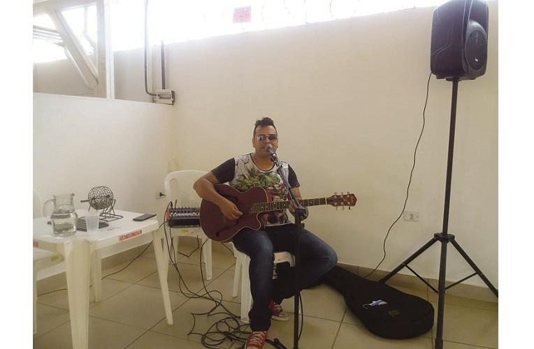 A música ao vivo do almoço ficou por conta do cantor Silas Bugão