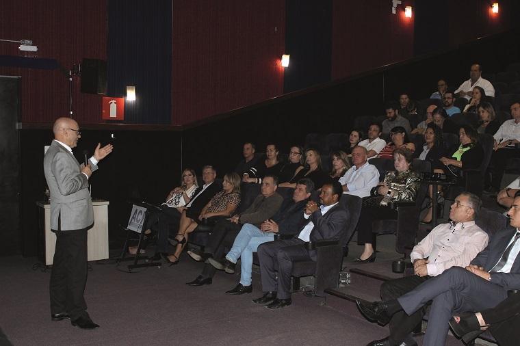Diretor-geral da Rede Batista de Educação, prof. Valseni Braga, mostrou aos convidados como funcionará o Colégio