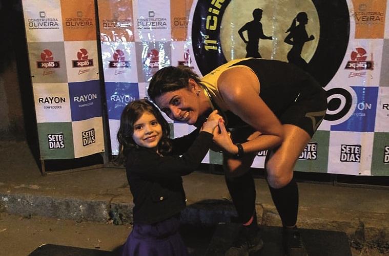 Jô Vilaça,  recebendo a medalha nas mãos de sua filha Gabrielle