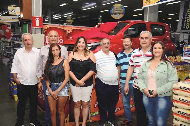 Promoção 'Compra Premiada'  realizada pelo Supermercado Santo Antônio conta com presença de aproximadamente 200 pessoas