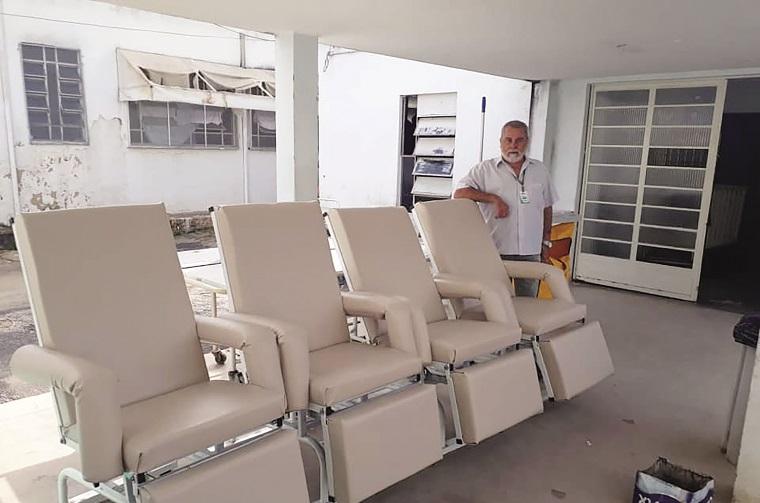 Ação voluntária garante reforma de  60 cadeiras do Hospital Municipal