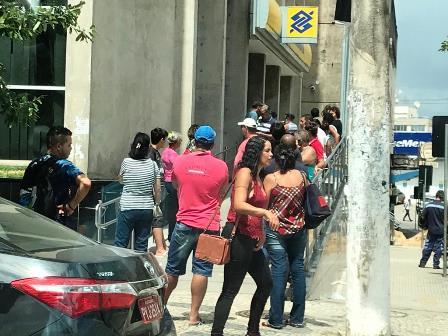 Movimento no comércio e de pessoas na rua diminui,  mas aglomerações continuam em diferentes pontos de SL