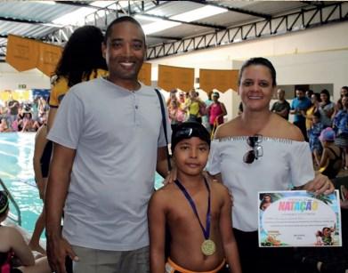 O casal Clayton Pereira (Intersete) e Danielle Nascimento (Jornal SETE DIAS) comemoraram as medalhas conquistas pelo filho Pedro no torneio de natação realizado no SESI, em dezembro de 2018.