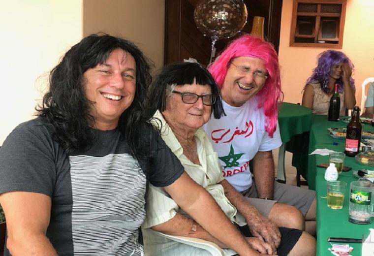 O bom humor não pode faltar e os aniversariantes foram presenteados com perucas, pelo Marcelão (direita) que ficou bem de peruca vermelha.