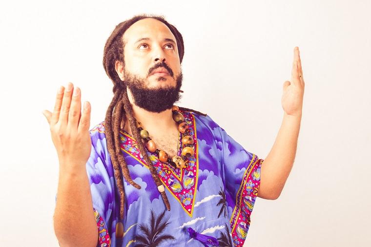 O cantor e compositor Lezel começa a divulgar seu novo disco em junho
