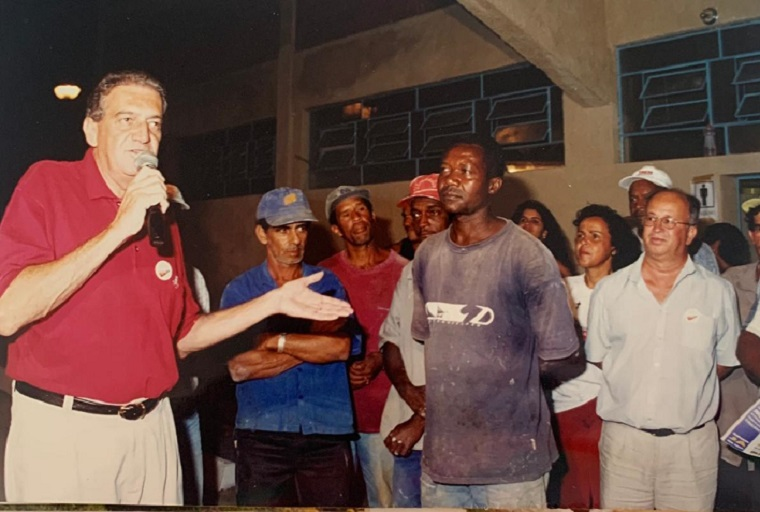 O ex-prefeito Ronaldo Canabrava e servidores durante reunião realizada em seu mandato